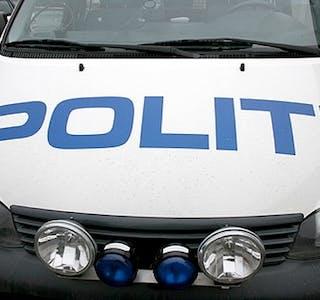 Uhell på glatt føre Sjåføren verka uskadd etter ei utforkøyring på E134 ved Hiksdal i Ølen i går ettermiddag, opplyste operasjonssentralen i Sør-Vest politidistrikt. Sjåføren vart tatt med i ambulanse til ein legesjekk. Politiet fekk melding om uhellet klokka 15.26 og naudetatane rykte ut. Føraren var aleine i bilen, og det blir oppretta sak. Vegen var stengt ei stund. Politiet opplyste at det var glatte parti i kombinasjon med tørr og berr veg.
