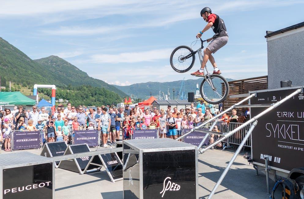 Sykkelakrobaten Joachim Skjævestad imponerte dei mange frammøtte på Vågendagen 2018 med dristige hopp og luftige svev. Foto: Torleif Heggebø