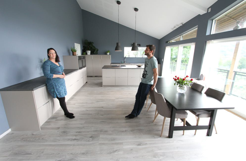 Gudrun Magrete Dyrseth og Morten Svandal starta med kjøkkenet i planlegginga av det nye huset sitt ved Byrkjelandsvatnet i Ølmedal. Med 45 kvadrat er det blitt hjartet i huset, meiner dei.  Foto: Jon Edvardsen