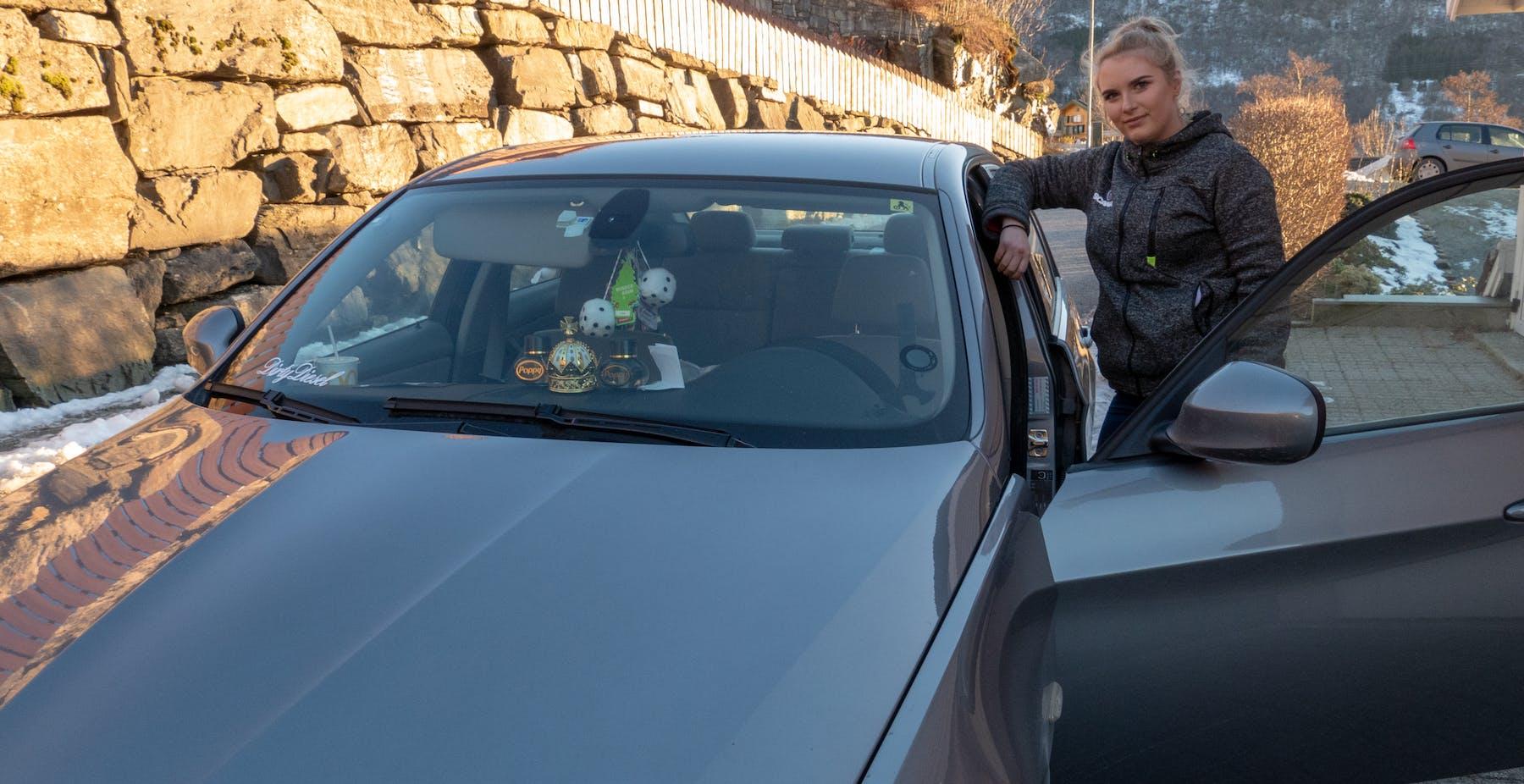 Tre dagar etter oppkøyring på 18-årsdagen sin kjøpte Henriette sin første bil - ein BMW. Innsida er pynta med Scania-effektar, og sjølvsagt to store terningar i frontruta.