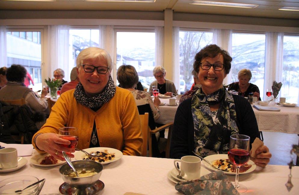 Meiningsfull teneste. Synnøve W. Stødle (t.v.) og Klara Vatnedal er to av 45 frivillige ved Vindafjordtunet i Vats. Tordag blei dei gjort stas på med både rømmegraut, tilbehør, ros og allsong.  Foto: Grethe Hopland Ravn