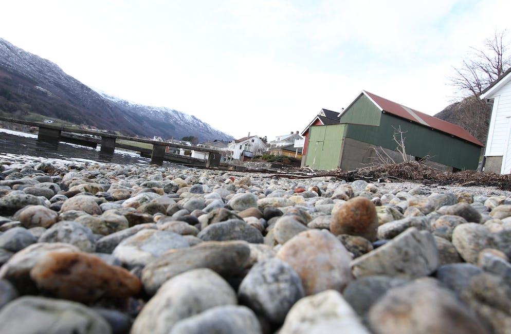 Svært mykje av plastsylindrane som var ved fjordkanten i Sandeid i november, er ikkje å sjå lenger. Dei blir brukte i reinseanlegg, og det har vore eit utslepp ingen vil vedkjenne seg.  Foto: Jon Edvardsen