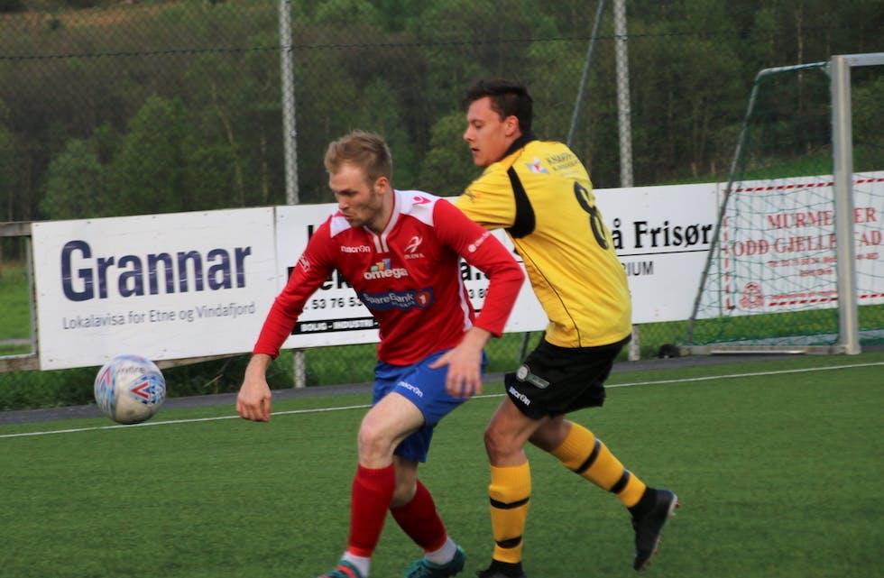 Kristian Langeland skåra trøystemålet i 4-1 kampen mot Avaldsnes. Her i kamp med Oliver Vestbø og Ølen. Arkivfoto: Magne Skålnes