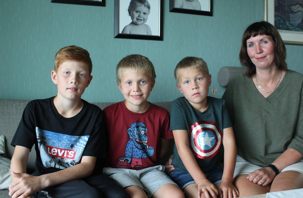 Alle brørne stilte opp til bildetaking, men det var Håkon som trefte fossen best. Frå venstre Magnus (12), Johann (10) og Håkon Eikesdal (7) og vinnarfotograf og mamma Bente Tyssebotn Eikesdal (41).