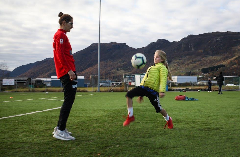 Her triksar Lilly Øren (10) frå Etne saman med Anna Jelencic. Ho er med i Avaldsnes sin A-tropp, og ho er også ein del av det kroatiske landslaget. Foto: Anita Haugland