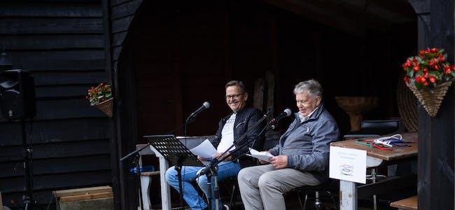 Lars B. Skipevåg (t.v.) og Tomas Finnvik kåserte om brislingfisket på Vindafjordmuseet i Vikedal.  Foto: Anita Haugland