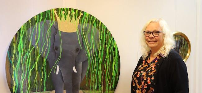 Den stolte elefant er eit av mange måleri Elin Arianson nå stiller ut i galleriet heime på Bjoa. Foto: Irene Mæland Haraldsen