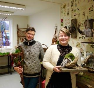 Drude Isene (t.v.) og Gro Anita Langeland er klare med julevipps-butikk i dei gamle lokala til blomsterbutikken i Kiwi-bygget i Skjold.  Foto: Grethe Hopland Ravn