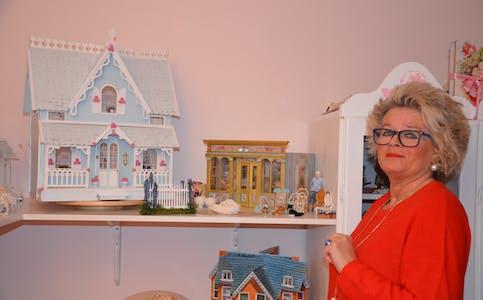 Kiin, eller Karin Gram-Nygard, med det første huset ho laga, med detaljrike lampettar som ho sjølv har installert lys i.