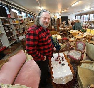 Per-Albert Skov har opna bruktbutikk som han kallar «Han dansken i Isvik». Han har fylt opp eitt av lokala til tidlegare Skjold Trevare.  Foto: Jon Edvardsen