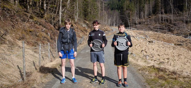 For brørne Johannes (14, t.v.), David (18) og Ole Markus (16) Wroldsen, var det ikkje nok å spasere til fjells. Dei hadde med seg 63 kilo ballast, i eit forsøk på å måle krefter mot faren.