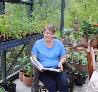 Hageentusiast Gro Anita Langeland tek seg tid til ein pause i hagearbeidet. Foto: Irene Mæland Haraldsen