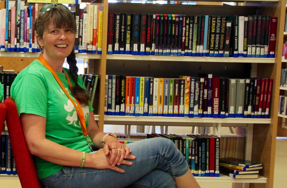 Silje Holden Birkeland gler seg over å kunne invitere leselystne kundar til biblioteket også på onsdagar.