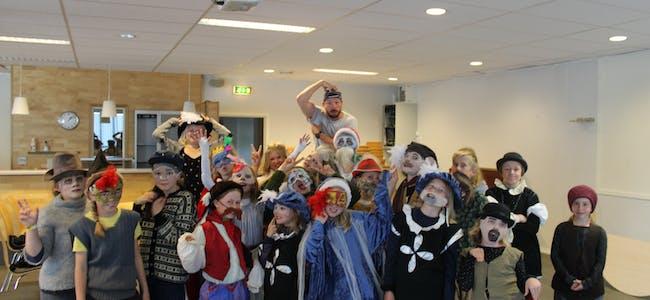 Barna lyttar når den ivrige instruktøren Jan Fredrik Grøndal Henriksen ber dei gå i karakterar. Foto: Svein-Erik Larsen