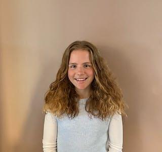 Iben Elida Skjold Kvigne er berre 15 år, men allereie sterkt engasjert i bygda si. No har ho takka ja til å vera med i Skjold Bygdelag sitt styre.  Foto: Privat