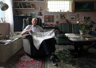 Nils Waka (87) viser  fram tøystykket med hakekors-symbol frå andre verdskrig. Stoffet kjem frå ein sukkersekk som familien hadde i hemmelegheit for tyskarane. Foto: Anita Haugland