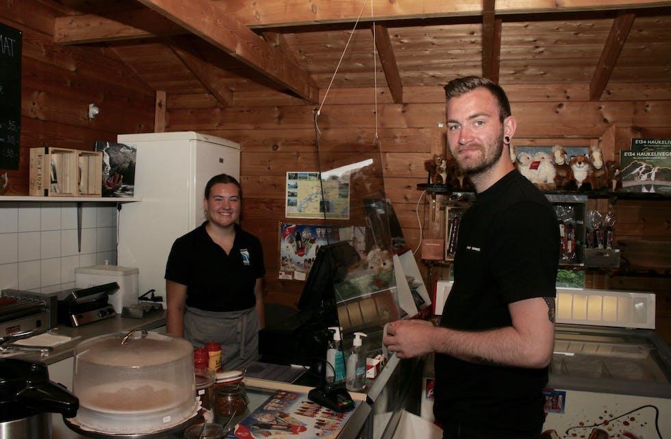 Marit Espeland Riise hjelper til når Jostein Håvardsen frå Jæren vil kjøpa geitost for å ta med heim til far sin.  Foto: Grethe Hopland Ravn