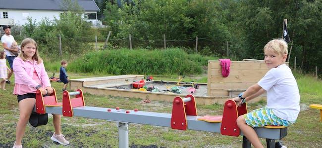 Malene Fosso Moe (10) og broren Alexander ((8) synest den nye leikeplassen er heilt topp. Foto: Irene Mæland Haraldsen