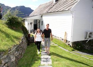 Tunet på Håland. Astrid og Sigve Håland er far og dotter, som begge har vakse opp på nabogarden. Først i 2017 kjøpte han denne garden, og det som blir det største blikkfanget her er dei store og solide steinmurane. Foto: Grethe Hopland Ravn