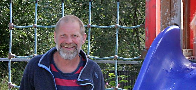 Håvard Lothe trivst godt som barnehagelærar og denne veka ønskjer han nye barn velkommen til Vikebygd barnehage Foto: Grethe Hopland Ravn