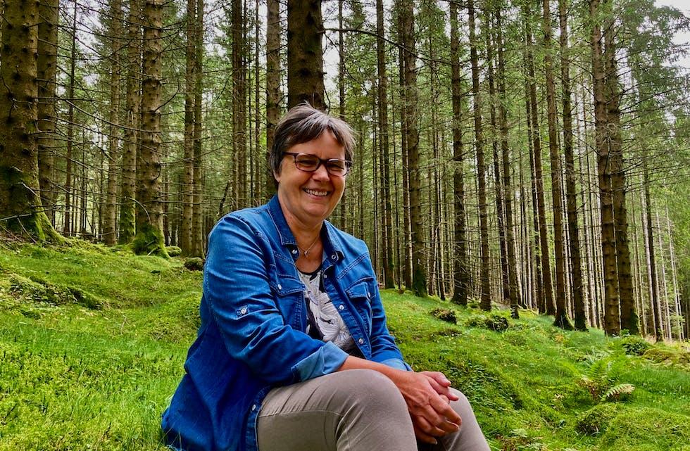 Inga Apeland Øverland er styremedlem i Skogselskapet Rogaland som inviterere til årsmøte og klimaseminar om skogen som ressurs og klimatiltak. Foto: Arne Frøkedal