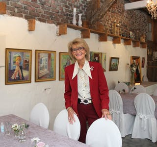 Rigmor Vik har utstilt 30 måleri i Nesheimstunet i Nedre Vats. Det er varierte motiv, av både natur, bygningar og menneske, men det er menneske ho likar best å måla.  Foto: Grethe Hopland Ravn