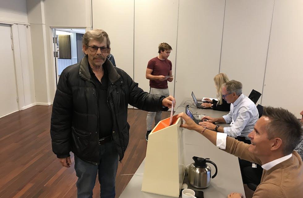 Birger Martin Vik var den første som røysta ved vallokalet i Etne kulturhus måndag 13. september 2021. Hans røyst gjekk til Frp, eit parti han har følgt sidan han var i militæret i 1973 då han kom i prat med Anders Lange som var i ferd med å starta eit nytt parti. Valfunksjonæren (t.h.) er Frode Robberstad. Foto: Grethe Hopland Ravn