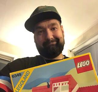 Gregor Gorczynski leita lenge for å finna igjen det eksakte legosettet som var det første han eigde. Men til slutt fekk han kjøpt det, og det skal aldri seljast igjen.   Foto: Grethe Hopland Raavn