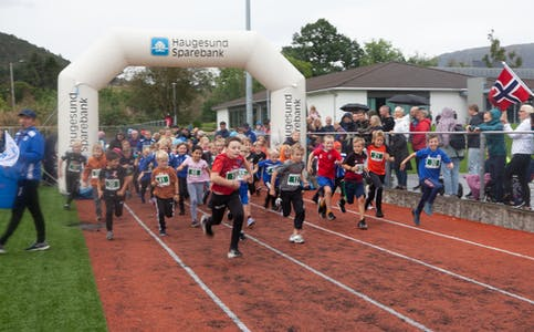 Her er barneløpet i gang, med innhald av både idrettsglede og konkurranseinstinkt.