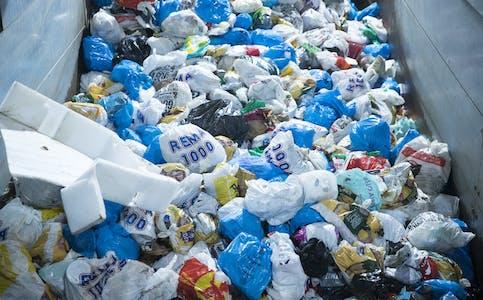 Renovasjonsselskapet Ivar vil sørgje for gjenbruk av 3000 tonn fullt brukbart avfall. Det vil gi ei omsetjing på 30 millionar kroner. Overskotet vil gå til å redusere renovasjonsgebyr. Foto: Terje Pedersen / NTB / NPK