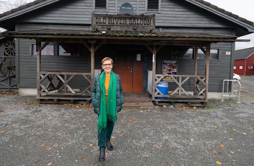 Aslaug Mala ser fram til å sjå kul på veggane på Saloonen i Etne igjen. FOTO: TORSTEIN TYSVÆR NYMOEN