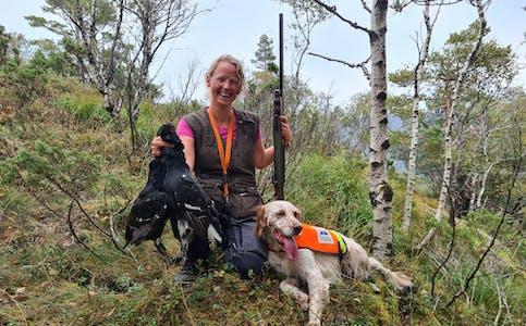 Astrid Weider Ellefsen er nybakt noregsmeister innan fuglehundsporten. Ho har fire hundar i hus og planlegg to til om kort tid. Hobbyen har blitt fulltidsstilling for 40-åringen i Ølensvåg. Foto: Privat