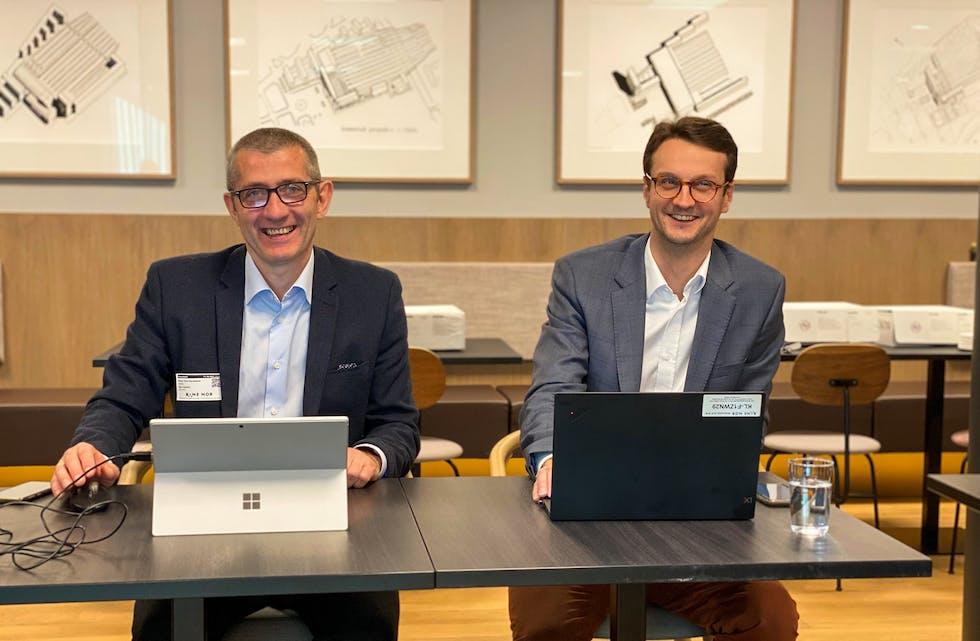 Dagleg leder i Omega 365 Solutions, Svein Tore Haraldseid (t.v.), og Håkon Isdal Selmer, prosjektstyringssjef i Bane NOR, er godt fornøgd med avtalen som selskapa nå har signert. Foto: Bane NOR