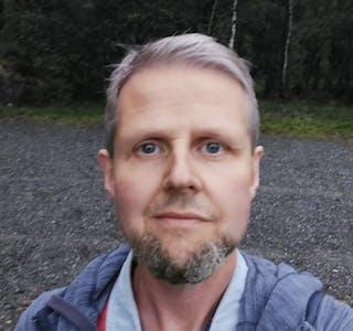 Bibel og musikk står sterkt hos Jan Sverre Frønsdal når det ikkje dreier seg om jobb eller drift av aktivitetsgarden. Foto: Privat