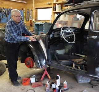 Steinar Eidhammer er i full sving med å restaurera ei Boble frå 1960. Foto: Irene Mæland Haraldsen