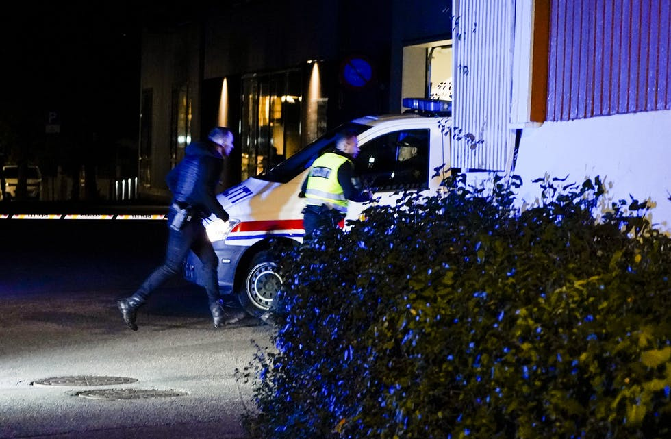 Politiet gjer undersøkingar i Kongsberg sentrum etter hendinga. Foto: Håkon Mosvold Larsen / NTB / NPK