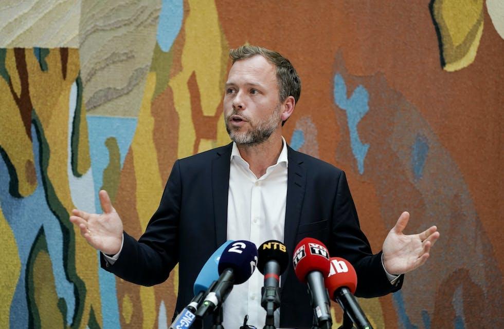 SV-leder Audun Lysbakken kommenterte regjeringsplattforma i vandrehallen i Stortinget onsdag. Foto: Terje Pedersen / NTB